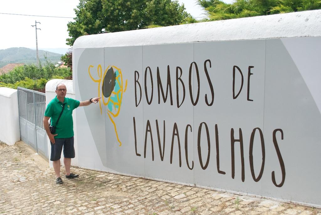 O presidente da Junta de Freguesia explica a nova imagem dos Bombos de Lavacolhos, à entrada da Casa do Bombo.