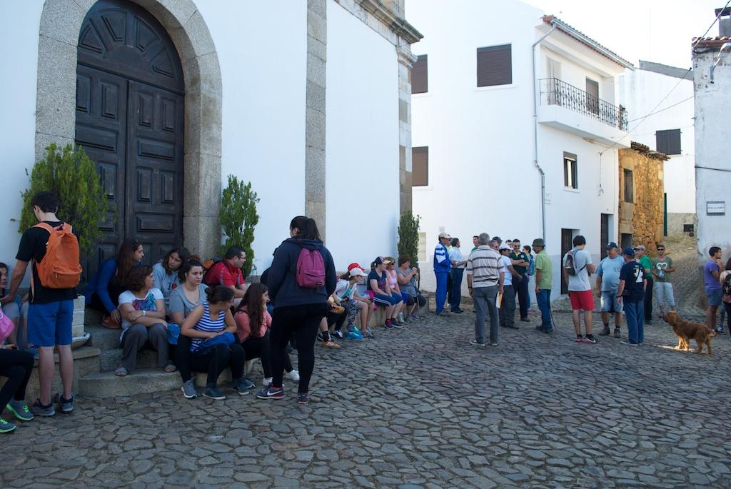 Concentração dos participantes na caminhada no Largo da Igreja